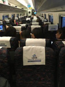 逆向きの座席