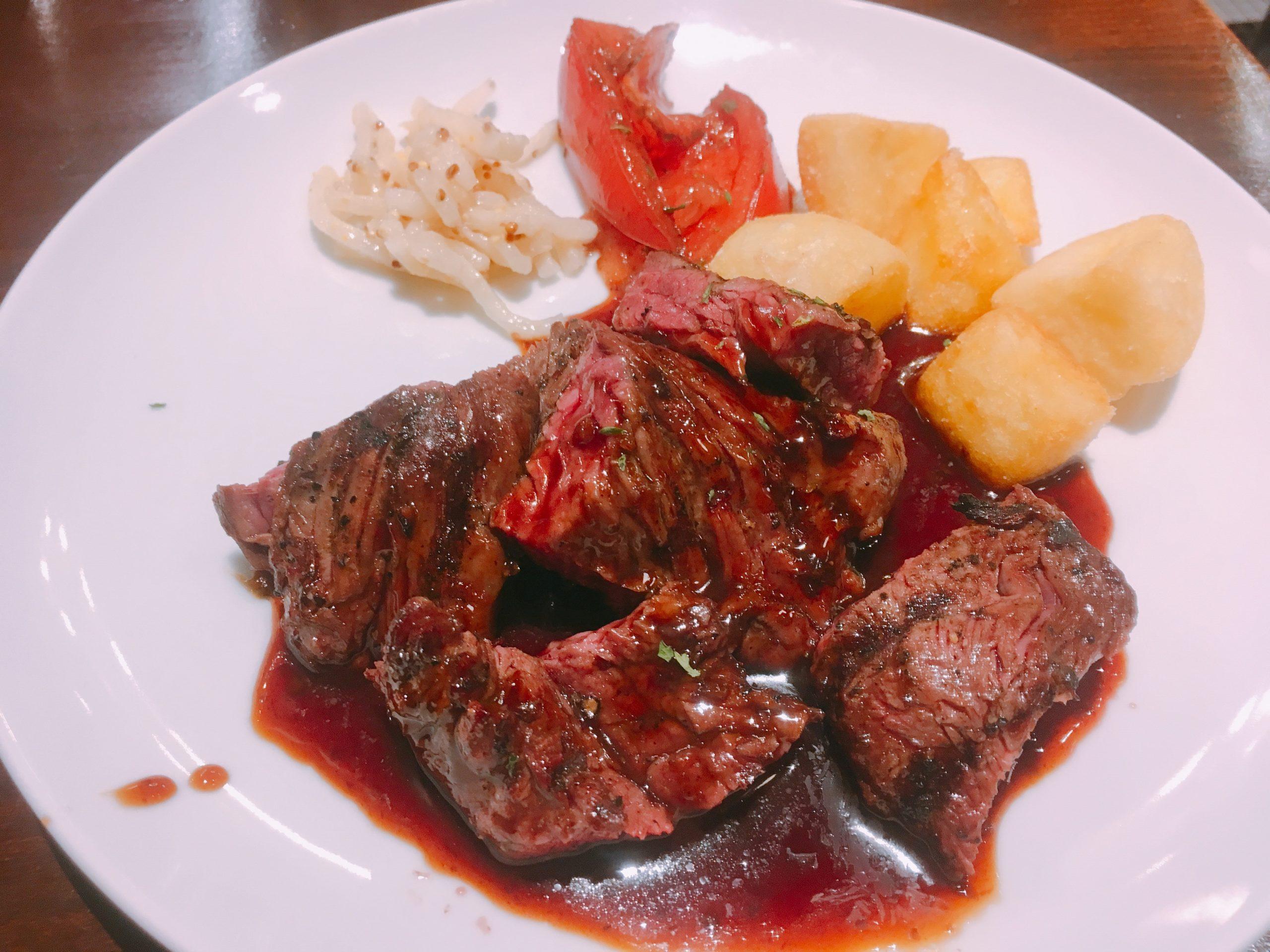 カルネリコカテテ新宿店のランチメニューのひとつ、牛ハラミのステーキ