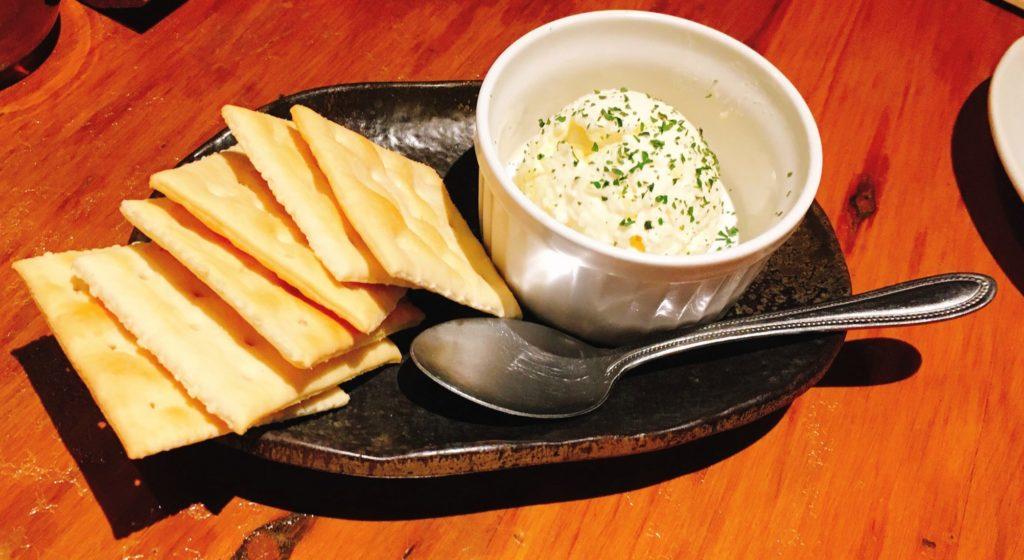 福みみのお通しのクリームチーズとクラッカー