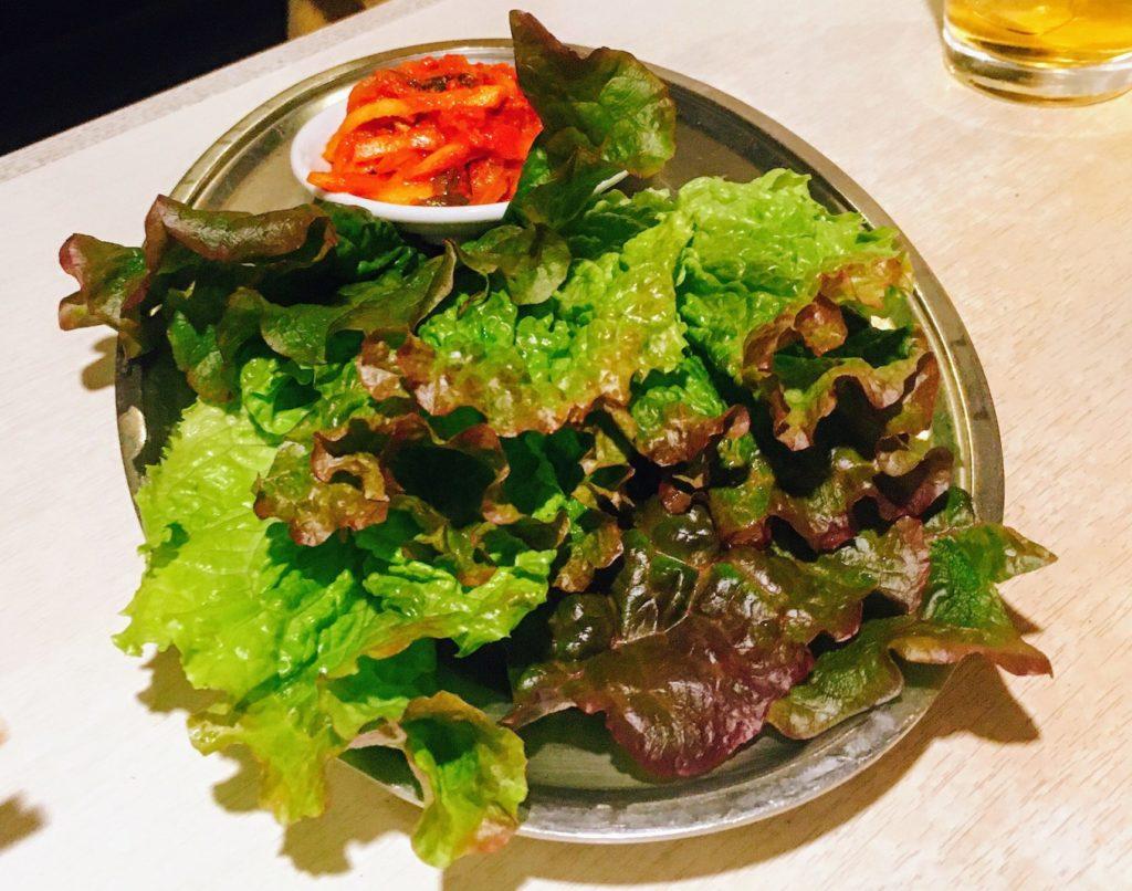 巨牛荘の白菜キムチとサニーレタス