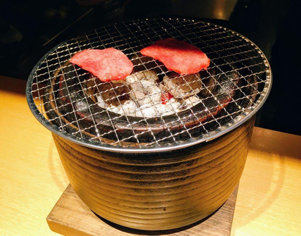 「赤身肉と塩ホルモン べんてん」の七輪の写真
