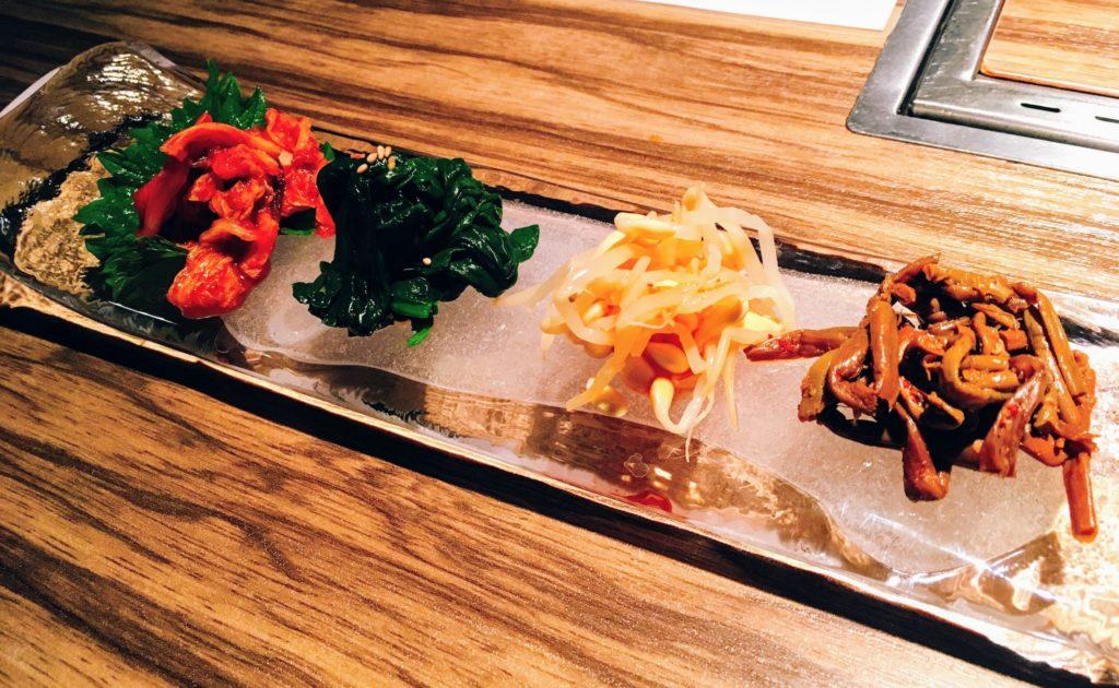 焼肉ますお新宿本店の焼肉Aランチについてくるキムチとナムルの写真