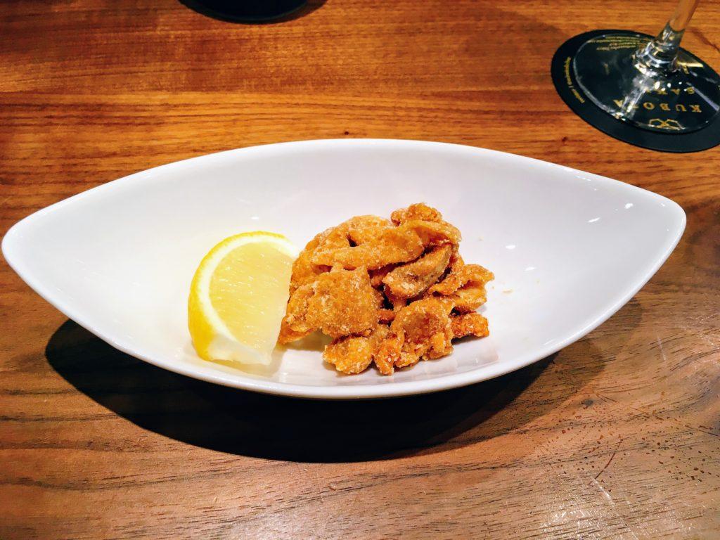 「未来日本酒店&SAKE BAR」の鶏皮レモンチップス