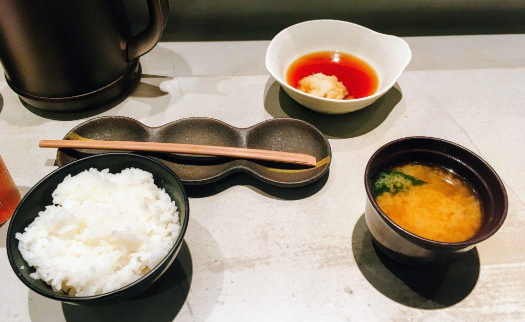 博多天ぷらたかお渋谷パルコ店のご飯と味噌汁と天つゆ