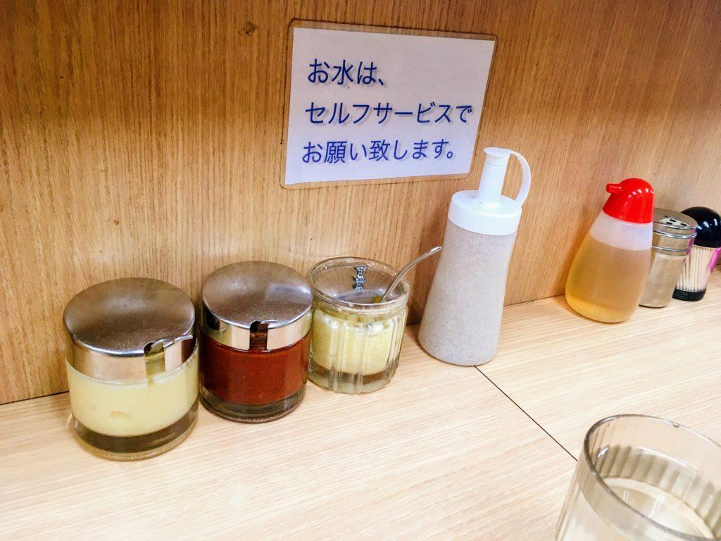 武蔵家 日吉店の卓上においてある調味料