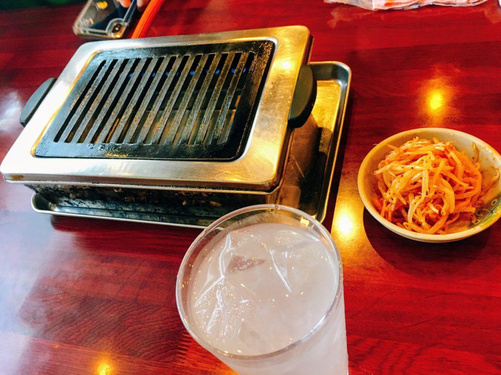 焼肉北京のレモンサワーとコンロとお通しのもやし