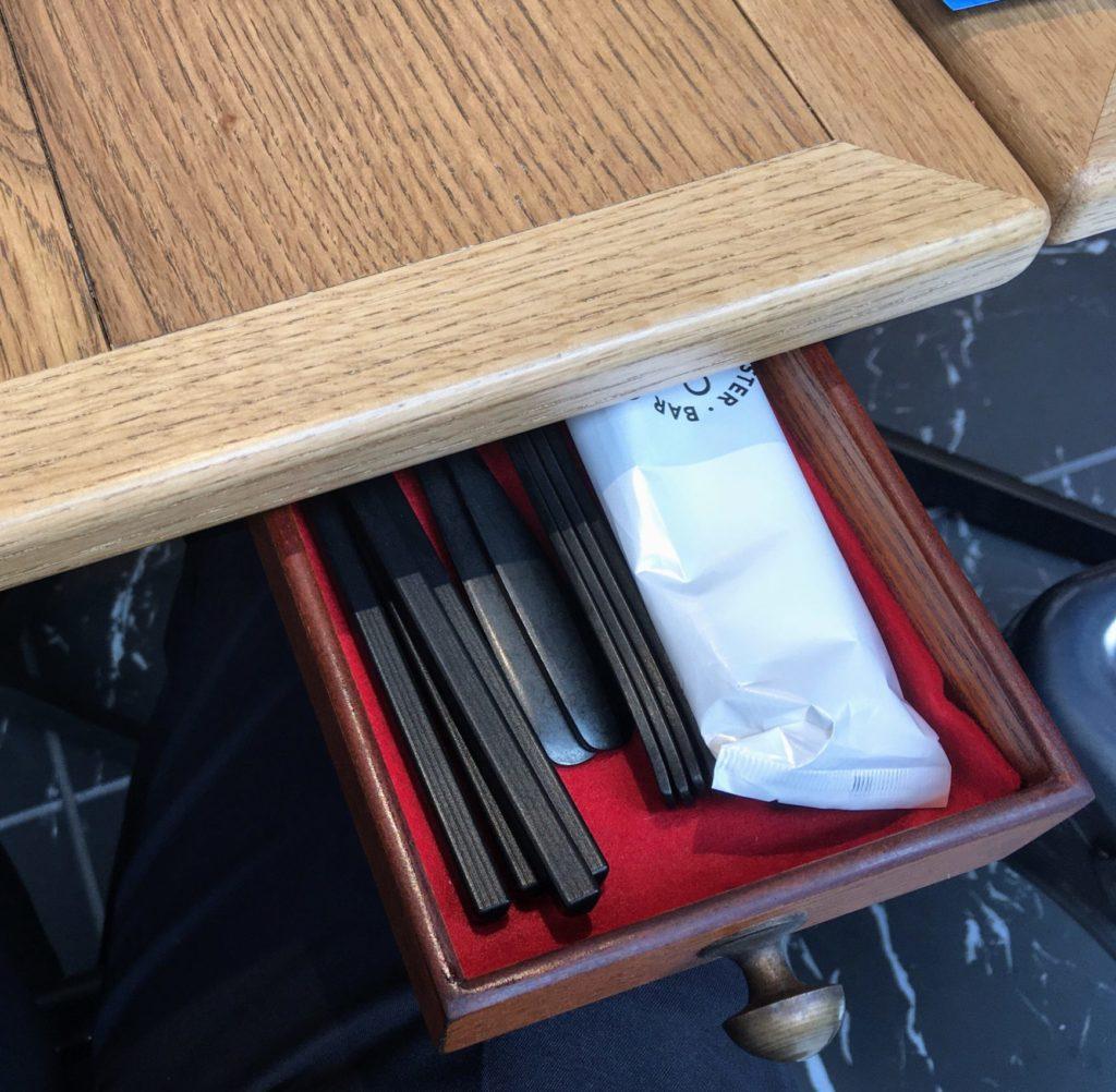 「Ostrea(オストレア)新宿住友ビル店」のテーブルの引き出しの写真
