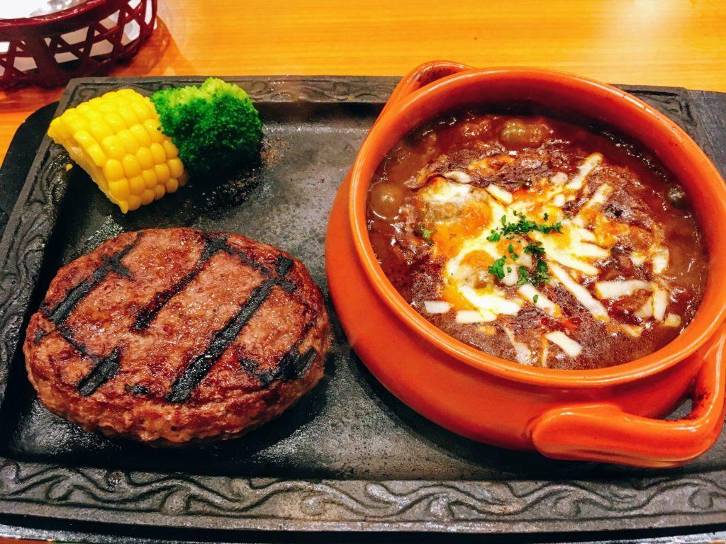 「炭焼きレストラン さわやか 御殿場プレミアム・アウトレット店」の「ハンバーグとビーフカレーセット」