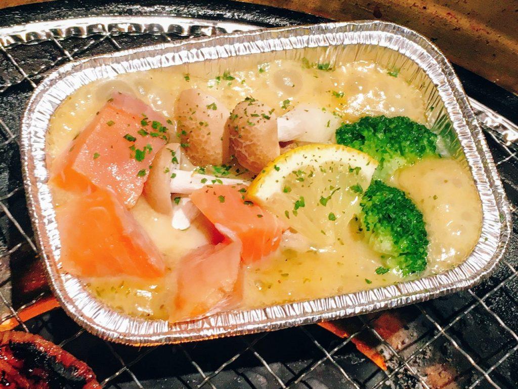 「焼肉ダイニング ワンカルビ ルララこうほく店」の「北海道産 秋鮭ときのこのホイル焼き ~ハーブ香るバターソース~」
