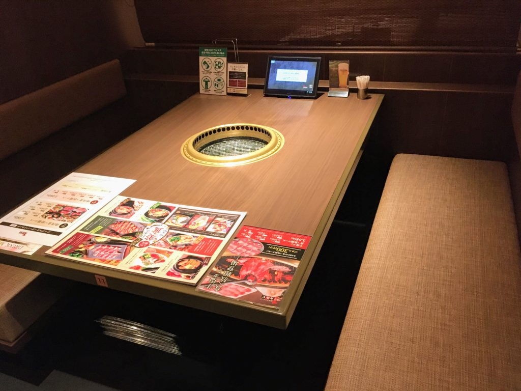 「焼肉ダイニング ワンカルビ ルララこうほく店」のテーブル席の写真