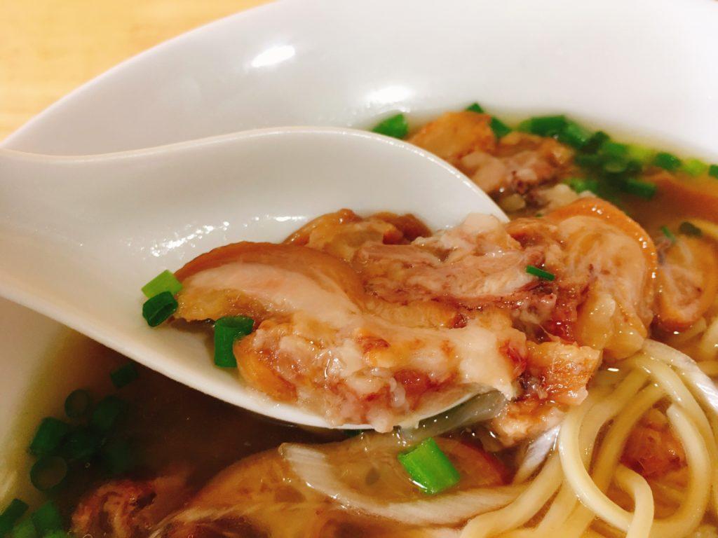 「中華そばYouLee」の「豚清湯そば」の豚足煮