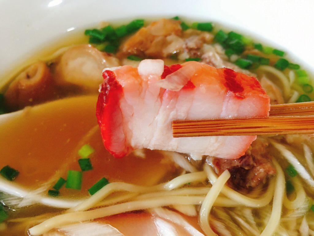 「中華そばYouLee」の「豚清湯そば」の豚バラ