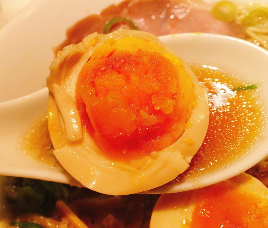 「京都ラーメン森井 新丸子店」の「熟成醤油ラーメン」のトッピングの味玉