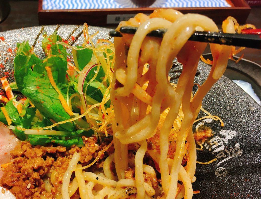 「鯛担麺専門店 恋し鯛」の「汁なし鯛担麺」の麺の写真