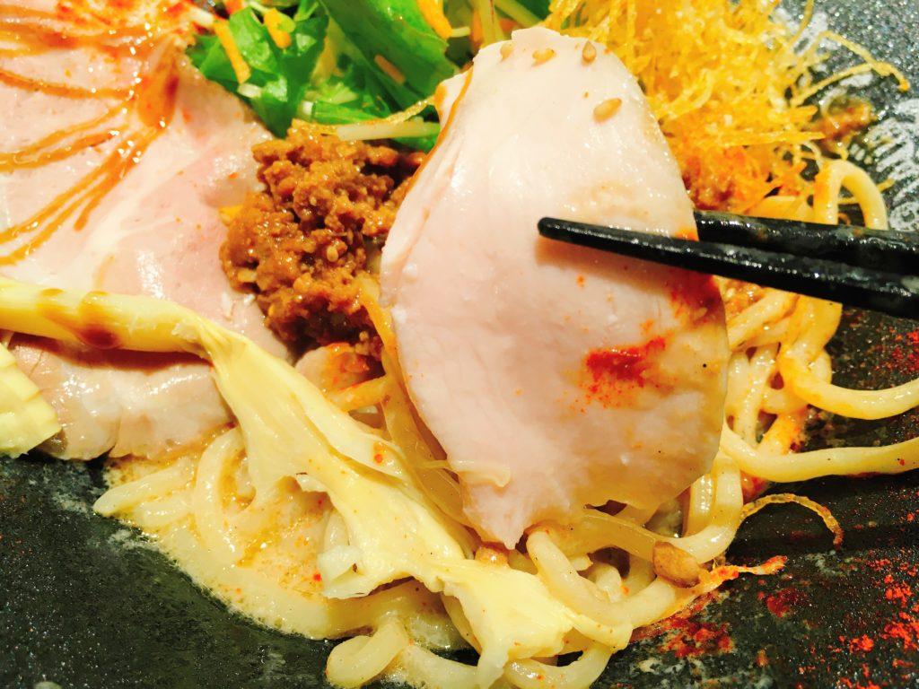 「鯛担麺専門店 恋し鯛」の「汁なし鯛担麺」の鶏チャーシューの写真