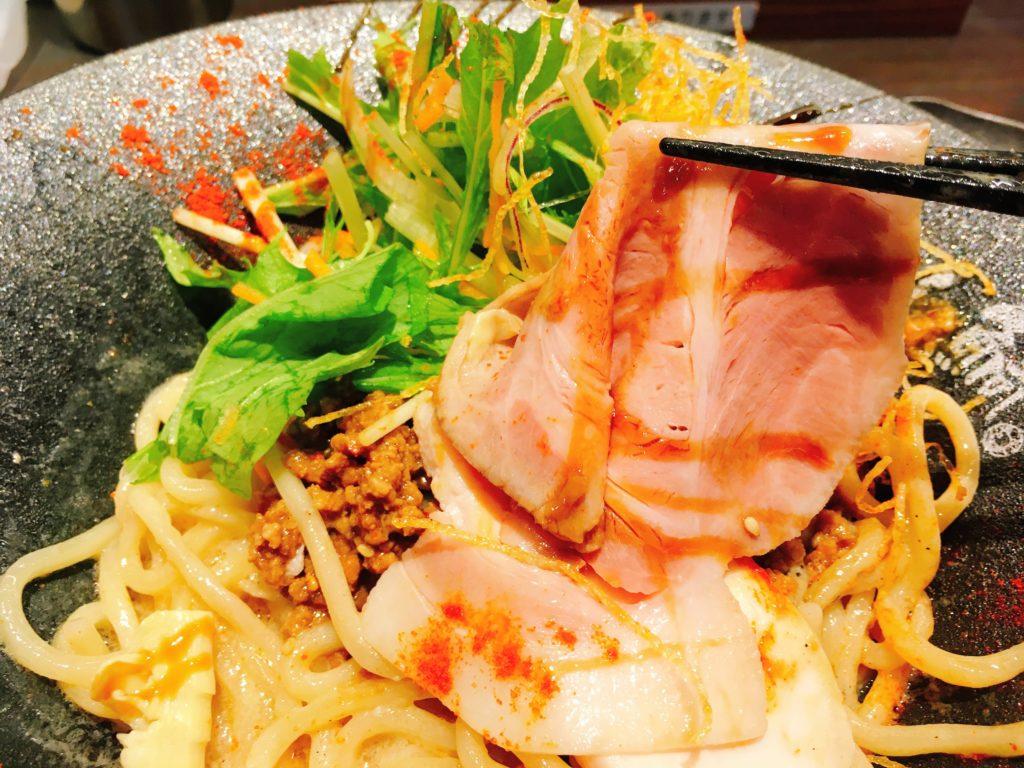 「鯛担麺専門店 恋し鯛」の「汁なし鯛担麺」の豚チャーシューの写真