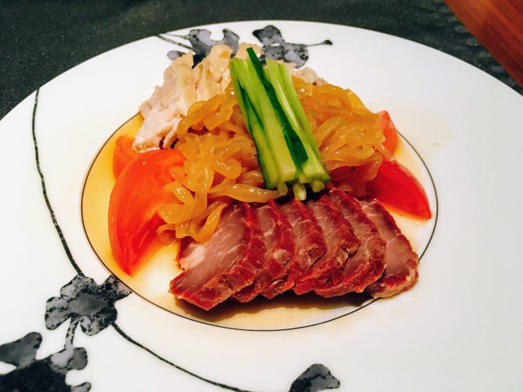 「王朝」の三拼美味(冷菜盛り合わせ ‒ 蒸し鶏、チャーシュー、クラゲ)