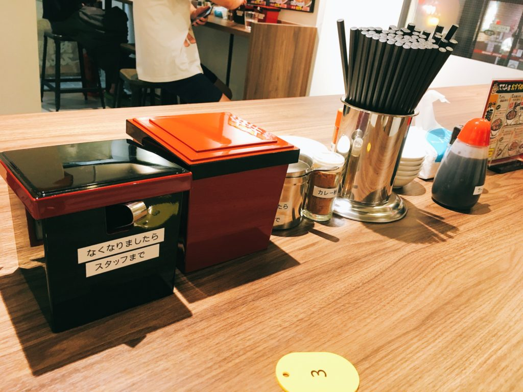 「肉汁麺ススム 下北沢店」の店内写真