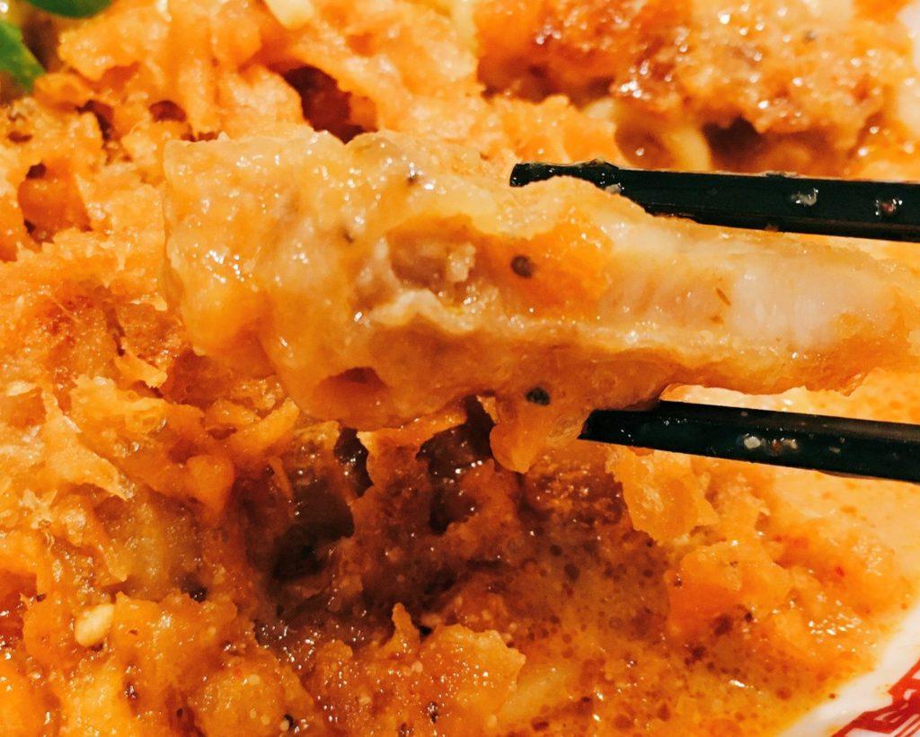 「肉汁麺ススム 下北沢店」の「肉汁パーコー担々麺」のパーコーの写真