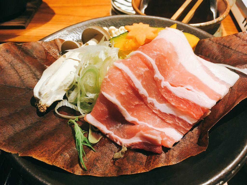 「いかの墨 新宿南口店」の豚肉と秋野菜の朴葉味噌焼きの写真