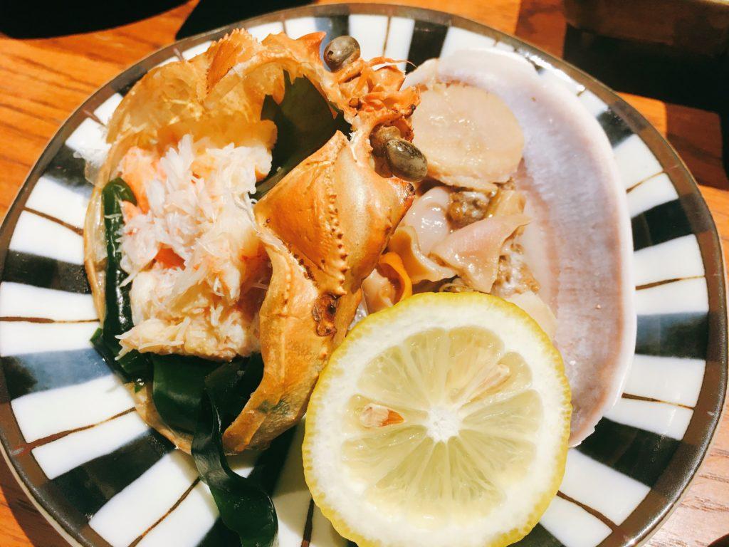 「いかの墨 新宿南口店」の本ずわい蟹と大浅利(うちむらさき)の海鮮磯蒸しの写真