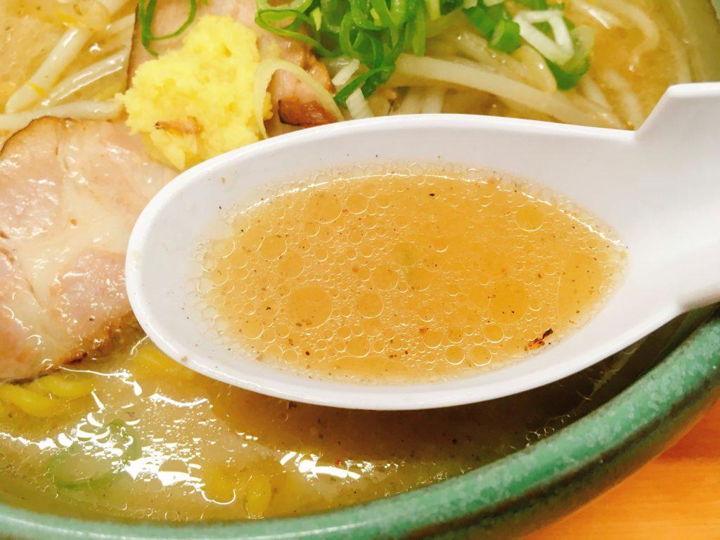 「麺屋 彩未」の「味噌らーめん」のスープの写真