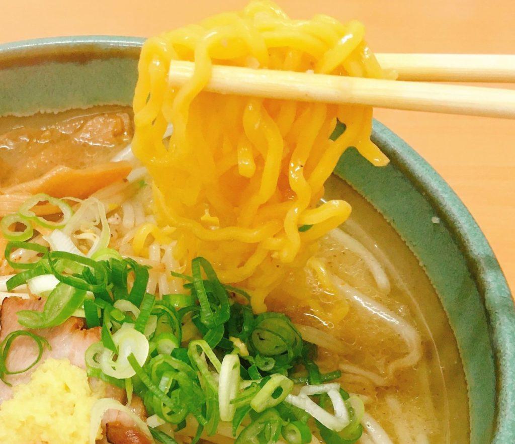 「麺屋 彩未」の「味噌らーめん」の麺の写真