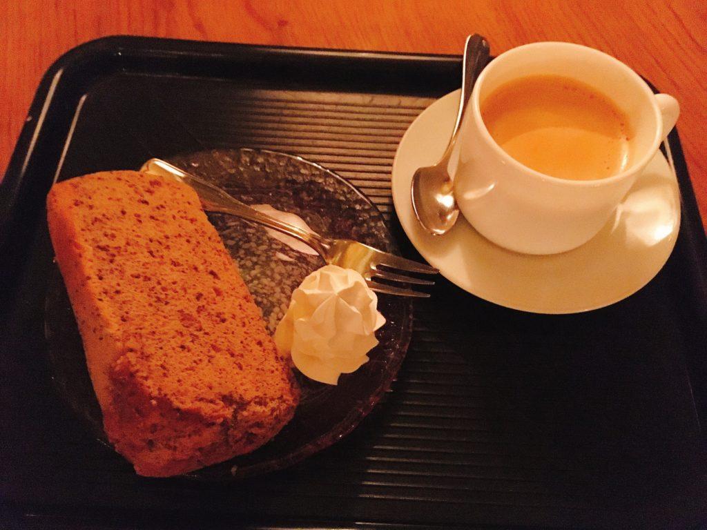 「北一ホール」の紅茶のシフォンケーキと北一特製ロイヤルミルクティの写真