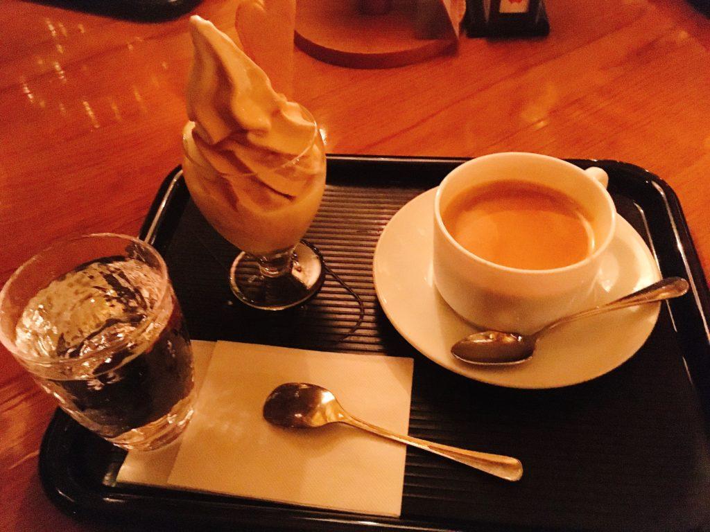 「北一ホール」の特製ミルクティと北海道牛乳のミックスソフトクリームと北一特製ロイヤルミルクティの写真