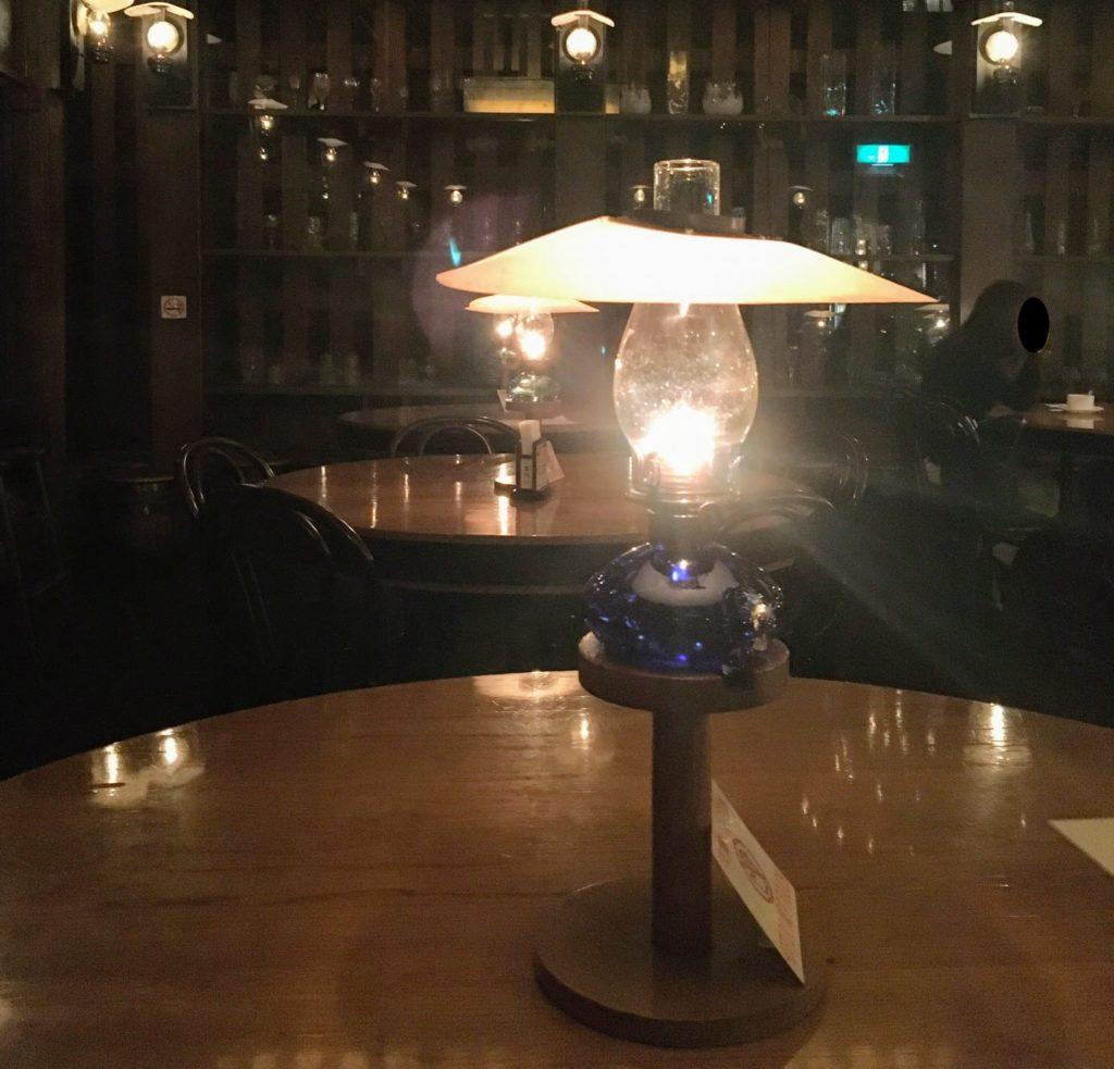 「北一ホール」のテーブルに置いてある石油ランプの写真