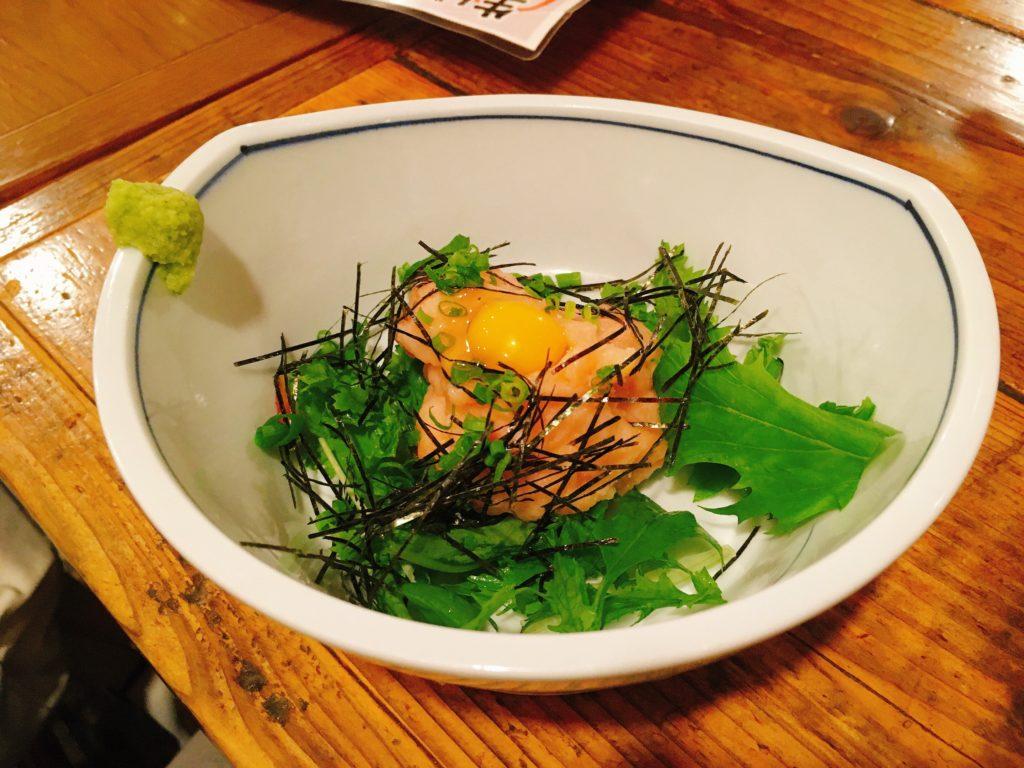 「海味はちきょう 別亭おやじ」の鮭トロユッケの写真