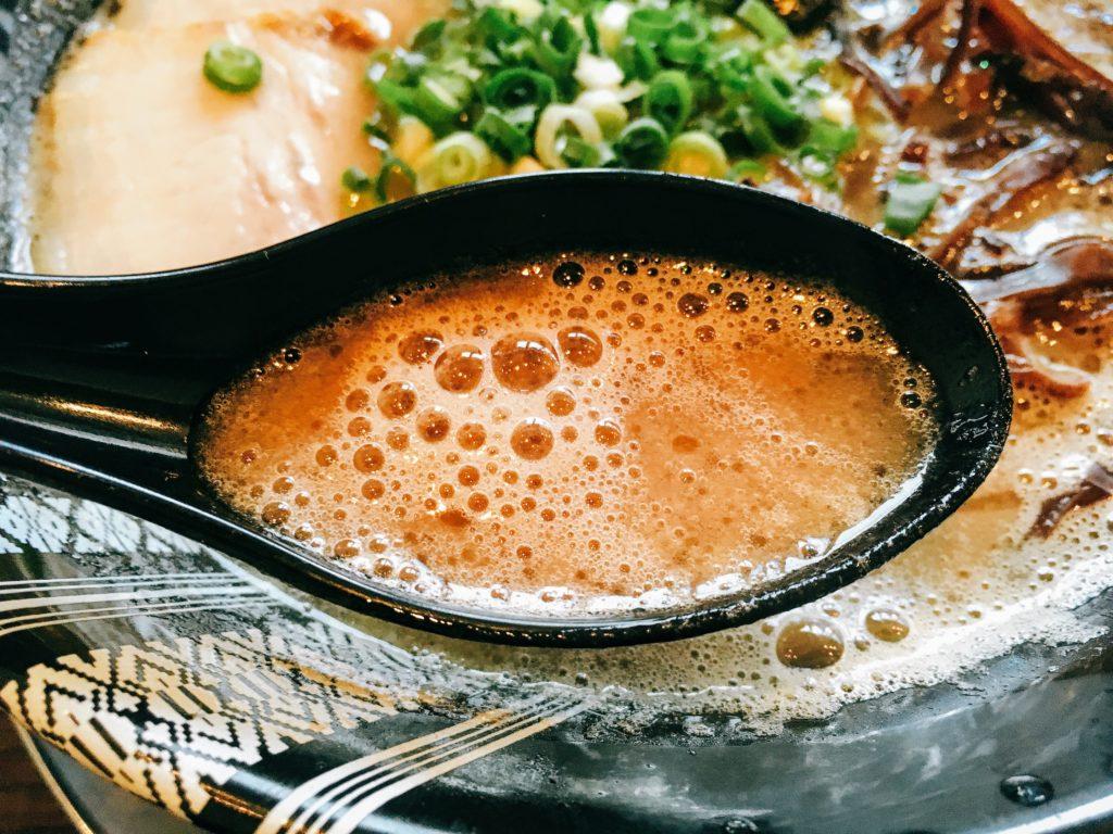 「博多一双 博多駅東本店」の「ラーメン」のスープの写真