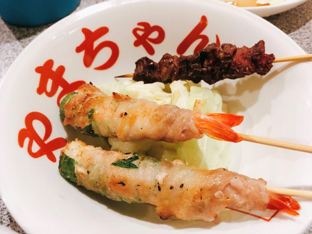 「長浜屋台 やまちゃん 中洲店」の「えび豚しそ巻串」と「和牛タン串」」の写真