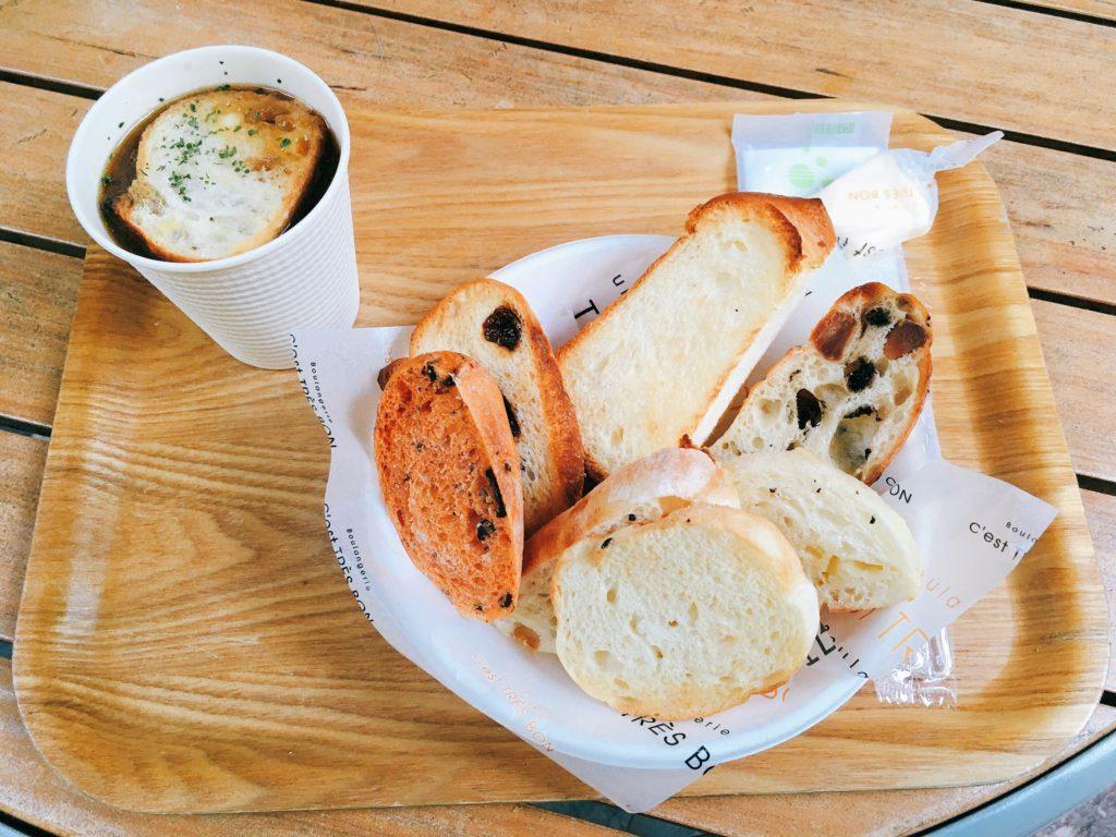 セ・トレボンのパンとスープの盛り合わせの写真
