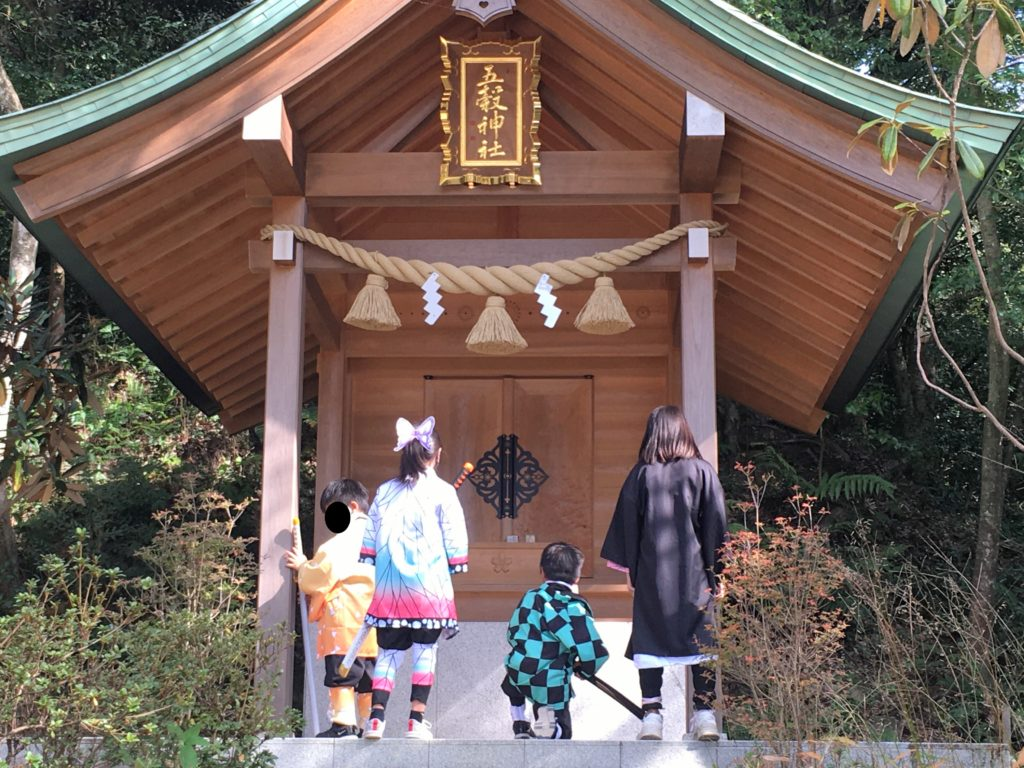 竈門神社で鬼滅の刃のコスプレをする子どもたち