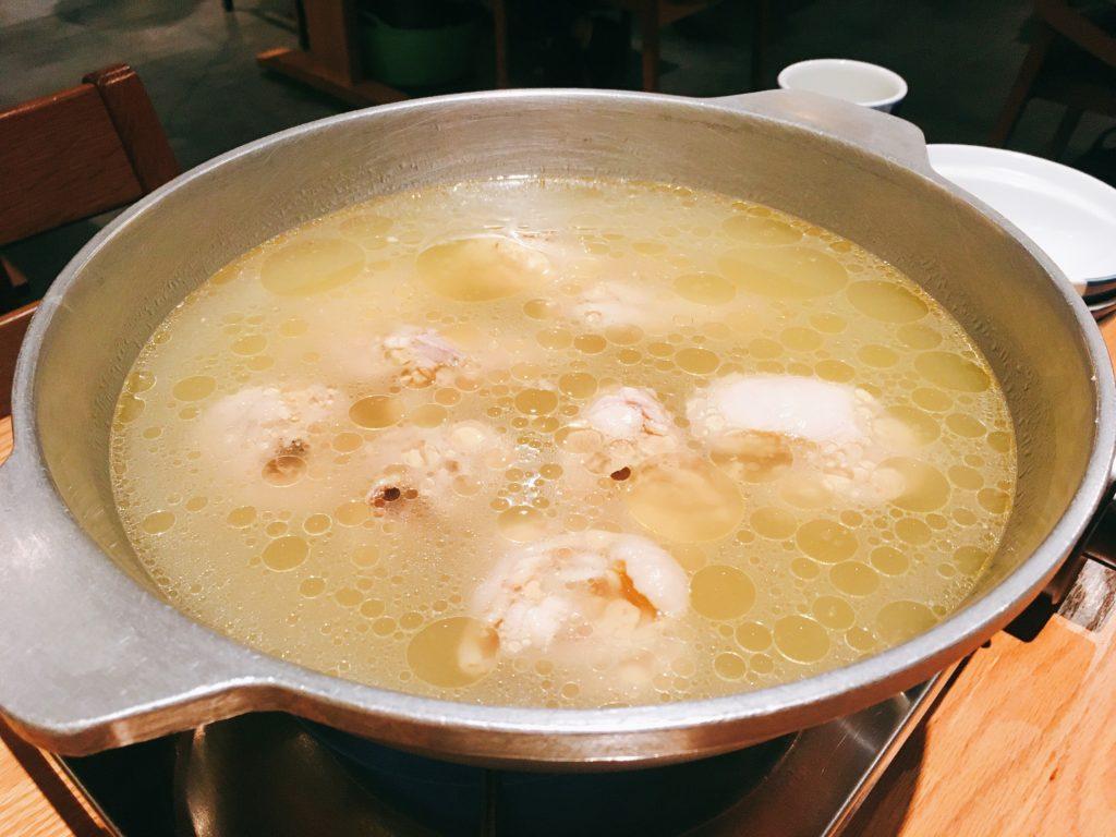 「博多水炊き専門 橙」のお通しの「水炊き」の写真