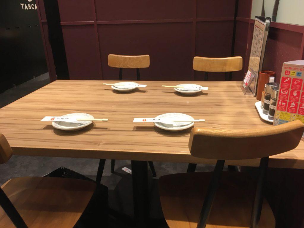 「博多たんか」の店内のテーブルの写真