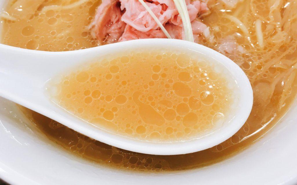 「らぁ麺 鳳仙花 綱島店」の「濃厚白湯金目鯛らぁ麺」のスープの写真