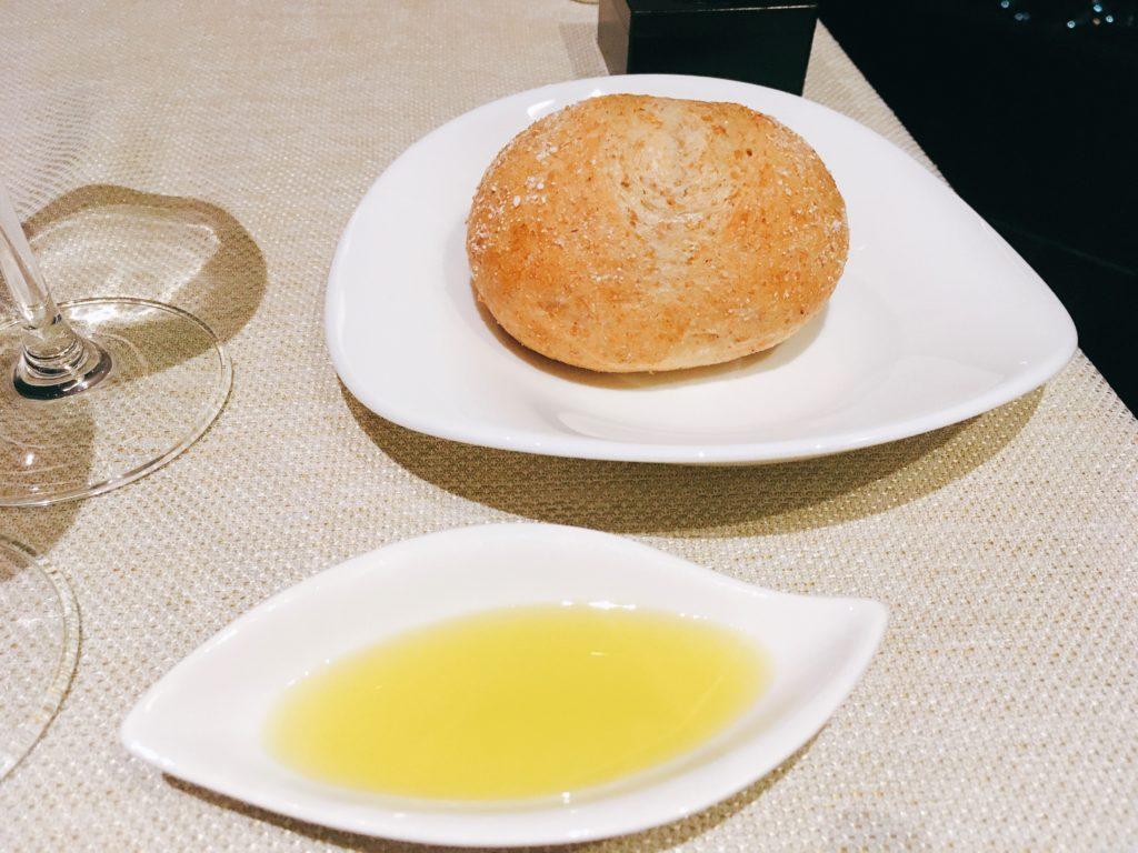 「サンシャイン クルーズ・クルーズ」の全粒粉パンとエキストラヴァージンオリーブオイル
