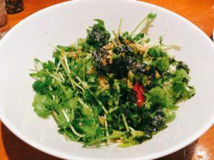 「肉者」のわさび菜と豆苗のナムルサラダ