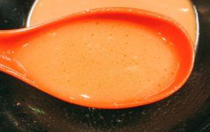 「皇綱家」のラーメン(並)のスープの写真