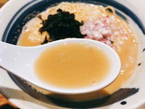 「麺屋 翔 みなと」の真鯛白湯らーめんのスープの写真