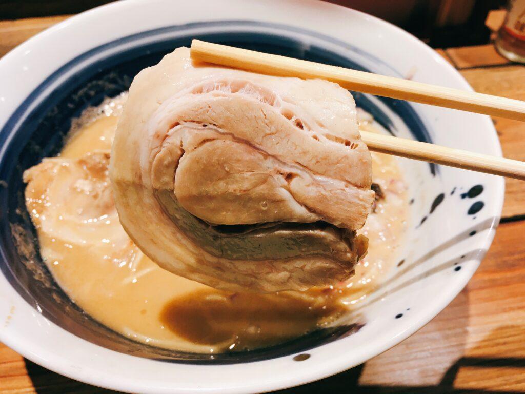 「麺屋 翔 みなと」の真鯛白湯らーめんのチャーシューの写真