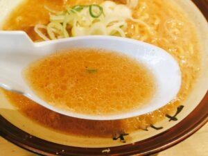 「すみれ 横浜店」の「味噌ラーメン」のスープの写真