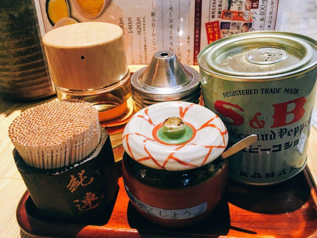 「すみれ 横浜店」の卓上調味料の写真