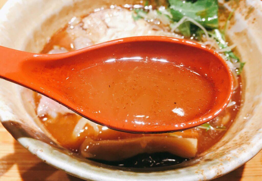 「焼きあご塩らー麺 たかはし 新宿本店」の「焼きあご塩らー麺」のスープの写真
