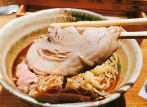 「焼きあご塩らー麺 たかはし 新宿本店」の「焼きあご塩らー麺」のチャーシューの写真