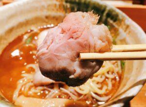 「焼きあご塩らー麺 たかはし 新宿本店」の「焼きあご塩らー麺」のレアチャーシューの写真
