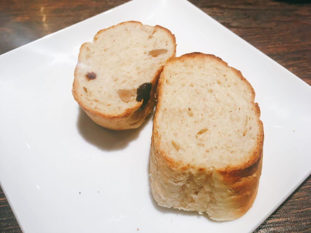 「アクイロット」の「自家製パン」の写真