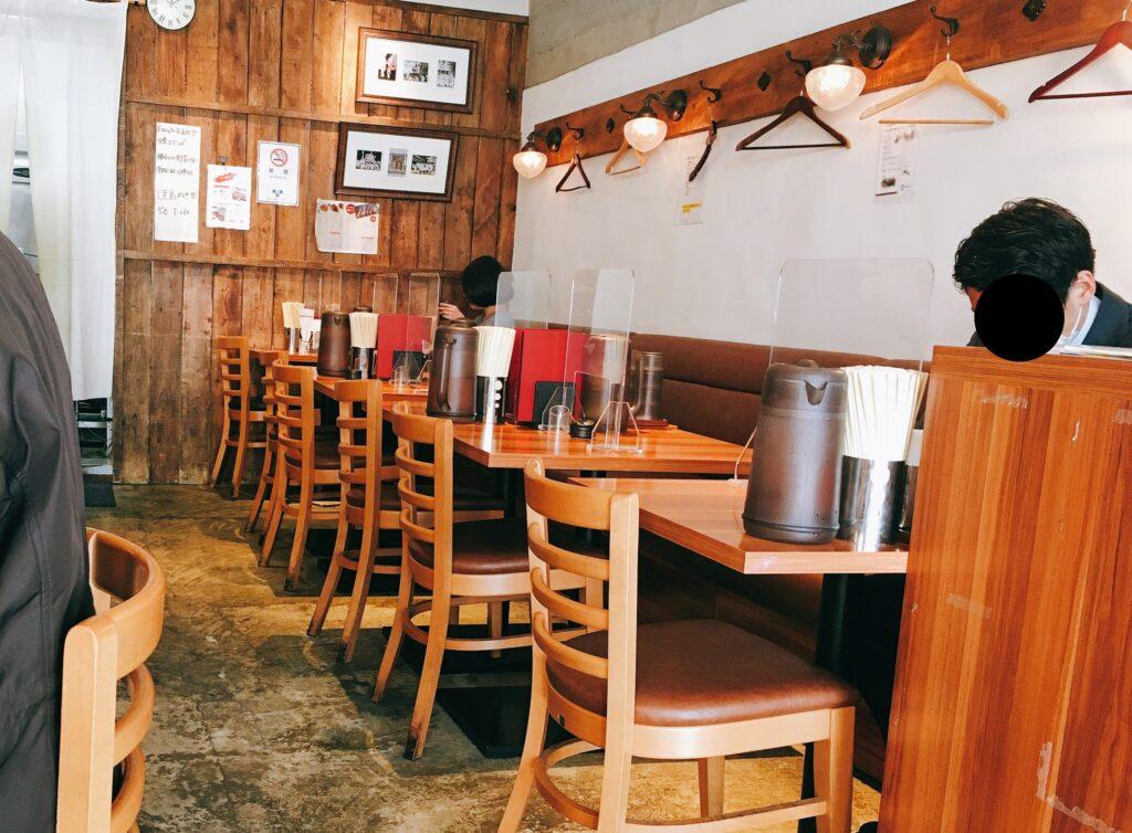 「博多鶏ソバ華味鳥新宿三井ビル店」の店内写真